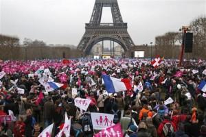 Una enorme protesta del fin de semana contra la legalización del matrimonio entre personas del mismo sexo no ha afectado la decisión del Gobierno francés de aprobar pronto una ley al respecto, dijeron el lunes ministros del Ejecutivo. En la imagen, miles de manifestantes reunidos en el Campo de MArte cerca de la Torre Eiffel de París para protestar por posible ley de parejas homosexuales, el 13 de enero de 2013 . REUTERS/Charles Platiau